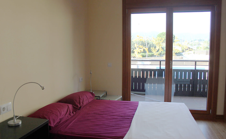 Tico de 3 habitaciones en conjunto residencial con jard n for Piscina vilassar de mar